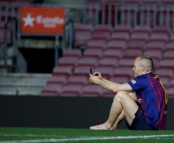 Άδειασε όλο το «Καμπ Νου», αλλά ο Ινιέστα δεν έφευγε (pics) | Sportsking.gr